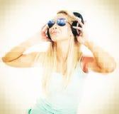 Lyssnande musik för ung kvinnlig discjockey Royaltyfri Fotografi