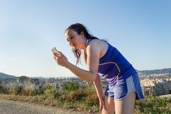 Lyssnande musik i avbrott av att jogga Royaltyfri Bild