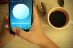 Lyssnande musik i kafét Royaltyfri Bild