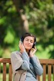lyssnande musik några till kvinnabarn Fotografering för Bildbyråer