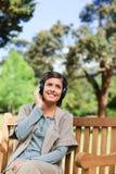 lyssnande musik några till kvinnan Royaltyfri Foto