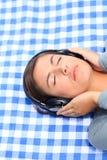 lyssnande musik några till kvinnan Royaltyfria Foton