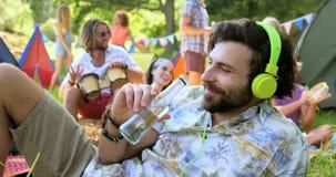 Lyssnande musik och dricka för Hipsterman lager videofilmer