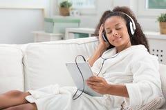Lyssnande musik och koppla av Arkivfoto