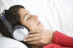 lyssnande musik som kopplar av till kvinnan royaltyfri fotografi
