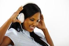 lyssnande musik som kopplas av till kvinnabarn arkivbilder