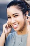 lyssnande musik som ler till kvinnan Fotografering för Bildbyråer