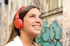 lyssnande musik till kvinnabarn Royaltyfria Foton