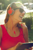 lyssnande musik till kvinnabarn Royaltyfri Foto