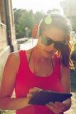 lyssnande musik till kvinnabarn Royaltyfri Fotografi