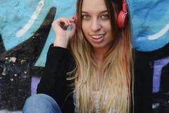 lyssnande musik till kvinnabarn Arkivfoton