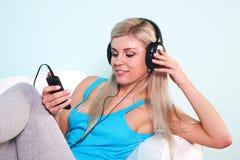 lyssnande musik till kvinnan Arkivfoto
