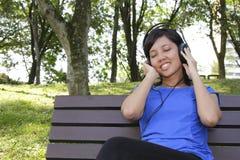 lyssnande musik till kvinnan Royaltyfri Bild