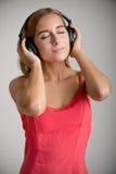 lyssnande musik till kvinnan Royaltyfria Bilder