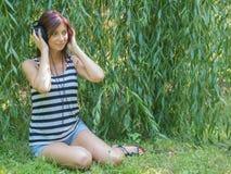 lyssnande musik till kvinnan Royaltyfri Foto