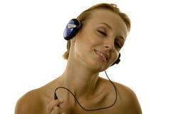 lyssnande musik till kvinnan Arkivbild