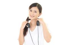 lyssnande musik till kvinnan Royaltyfria Foton