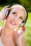 lyssnande musik till kvinnan Arkivfoton