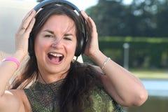 lyssnande musik till kvinnan Arkivbilder