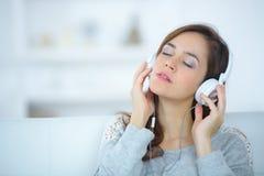 lyssnande musik till kvinnan Royaltyfri Fotografi