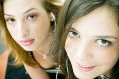 lyssnande musik till kvinnor fotografering för bildbyråer