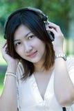 lyssnande musik till kvinnor Arkivbilder