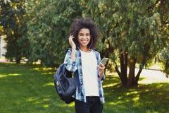 lyssnande musik utomhus till kvinnabarn Royaltyfri Foto
