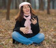 lyssnande musik utomhus till kvinnabarn Royaltyfria Bilder