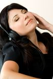 lyssnande musikkvinna Royaltyfri Bild