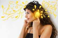 lyssnande musikkvinna arkivfoton