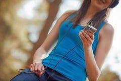lyssnande musikkvinna Royaltyfri Fotografi