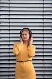 lyssnande musikkvinnabarn royaltyfria foton