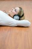 lyssnande musikkvinnabarn Arkivbild