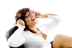 lyssnande musiksida som ler till siktskvinnan Royaltyfria Bilder