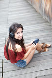 lyssnande musikstående för flicka till barn Fotografering för Bildbyråer