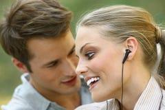Lyssnande spelare för härliga par Royaltyfria Foton