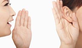 lyssnande talande kvinnor royaltyfria foton