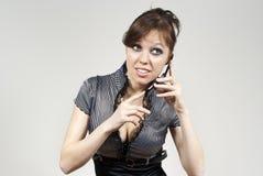 lyssnande telefon för härlig brunettflicka Royaltyfria Foton