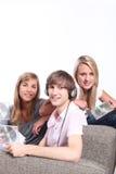 lyssnande tonåringar för cds till Royaltyfri Bild