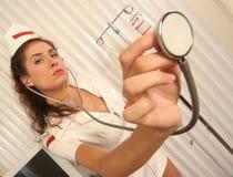 lyssnar den klara sjuksköterskan till Arkivbilder