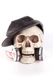 Lyssnar den svarta hatten för mänskliga skallekläder till musik vid hörlurar med mikrofon/headphonen Royaltyfri Bild