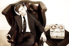 lyssnar manmusikdräkten till Royaltyfri Bild