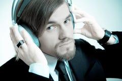 lyssnar manmusikdräkten till Fotografering för Bildbyråer