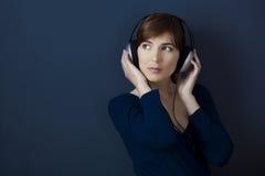 Lyssnar musik royaltyfri bild