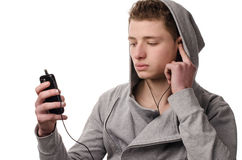 Lyssnar musik på telefonluren Arkivfoton