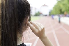 Lyssnar musik till övningen Arkivfoto