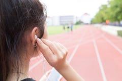 Lyssnar musik till övningen Royaltyfria Foton