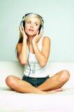 lyssnar musik till Royaltyfria Bilder