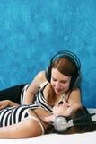 lyssnar musik till Royaltyfri Foto
