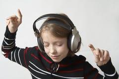 lyssnar musik till Arkivfoton
